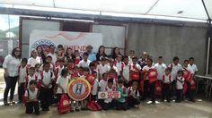 Con los voluntarios de Grupo Modelo, en la entrega de mochilas, cuadernos y útiles escolares en 2016