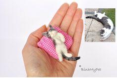 needle felted cat kitten - cute sleeping kitten - with pillow - custom felted cat - OOAK miniature -  Filzkatze. €28,00, via Etsy.