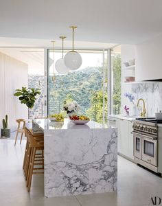 Modern Kitchen Interior Remodeling The kitchen. Mandy Moore Takes AD Inside Her Dreamy Home - Mandy Moore's Pasadena house is a testament to the actress/singer's confidence, warmth, and passion for design Modern Kitchen Interiors, Luxury Kitchen Design, Best Kitchen Designs, Luxury Kitchens, Home Decor Kitchen, Rustic Kitchen, Interior Design Kitchen, Celebrity Kitchens, Kitchen Modern