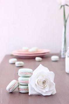 Macarons In Strawberry Sweet Desserts, Just Desserts, Delicious Desserts, Dessert Recipes, Macarons, Sweetly Cake, Yummy Treats, Sweet Treats, White Chocolate Strawberries