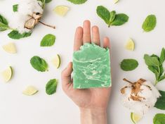 Solid shampoo: our homemade recipe - With the solid shampoo, discover another way to wash your hair gently and without breaking the bank - Solid Shampoo, Diy Shampoo, Diy Presents, Diy Gifts, Clean Beauty, Diy Beauty, Diy Tumblr, Handmade Cosmetics, Cosmetic Packaging