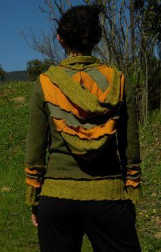 Pull kaki et orange à capuche en laine