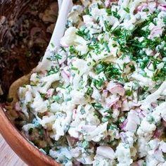 En af de retter jeg lavede allermest sidste sommer var nok min yndlingskartoffelsalat aka. verdens bedste kartoffelsalat – altså sådan efter min ydmyge mening, ikke? Men til trods for at jeg … Lchf, Dinner Is Served, Deli, Summer Recipes, Pasta Salad, Food Inspiration, Potato Salad, Side Dishes, Food And Drink