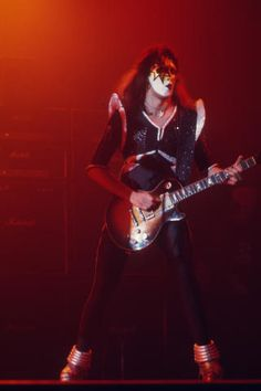 Kiss Art, Kiss Pictures, Kiss Photo, Greatest Rock Bands, Ace Frehley, Hot Band, Band Photos, Music Photo, Playing Guitar