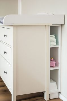 KraftKids Stauraumregal für Wickeltisch weiß passend für HEMNES Kommode Prateleira de armazenamento KraftKids para mudar a mesa branca, adequada para a cômoda HEMNES Supplies Girl Decor, Baby Room Decor, Bedroom Decor, Ikea Bedroom, Baby Bedroom, Baby Boy Rooms, Storage Rack, Storage Shelves, Shelf