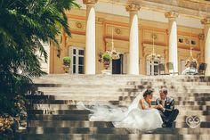 La pareja sentada en las escaleras del Palacio.