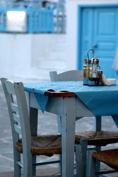 Greek shades of blue Santorini Grecia, Mykonos, Santorini Island, A Table, Dining Table, Dining Room, Deco Restaurant, Greek Blue, Outdoor Furniture Sets