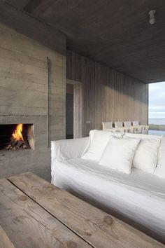 GOSTO das cores e das texturas, que aquecem o ambiente. O sofá pode ser qualquer um, coberto com uma capa crua. A mesa de centro pode ser feita com qualquer tipo de tábua. NADA de cair na cilada da demolição, heim!