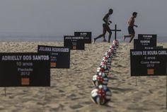 A ONG Rio de Paz protesta em Copacabana, no Rio de Janeiro, contra a morte de crianças em tiroteios. O grupo colocou 12 bolas de futebol com cruzes vermelhas para mostrar que os assassinatos continuam mesmo com a proximidade da Copa do Mundo no Brasil (Foto: EFE/Antonio Lacerda)