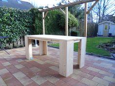 Een steigerhouten tafel gemaakt van nieuwe steigerplanken. Download de bouwtekening op www.bouwtekening-steigerhout.com
