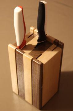 Bloc support couteaux de cuisine avec en alterné du bois d'érable et de noyer noir d'Amérique.
