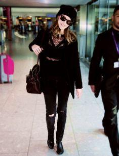 Emma foi fotografada toda sorridente ao desembarcar no aeroporto Heathrow em Londres na noite de ontem, dia 20 de Abril.