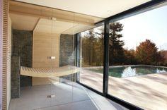 Minimalistische puristische Sauna mit Glas