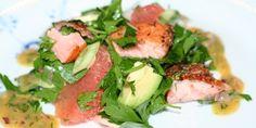Smuk, sund og super nem salat med varmrøget laks, svømmende graciøst i selskab med frisk og syrlig grape, silkeblød avocado og milde forårsløg.