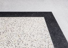 By finishing the floor with different terrazzo and rug in accordance with each of rooms, it obtains spatial impression about each zone.