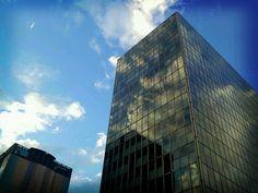 El cielo de Madrid entre los edificios de oficinas de AZCA.
