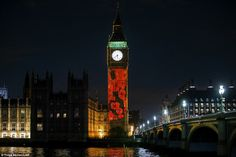 Mint szürkület esett, a képek a csökkenő pipacsok projektálta Parlament Elizabeth Tower - népszerű nevén a Big Ben - részeként megemlékezések centenáriumán a konfliktus