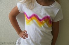 dyeing tutorials How to make a Sharpie Tie Dye t-shirt for kids! Easy DIY t-shirt craft for kids to make! I am excited to share with you this super fun way to make easy DIY Sharpie t-shirts! I saw this idea going arou Sharpie T Shirts, Sharpie Tie Dye, Sharpie Markers, Tie Dye Tutorial, T Shirt Tutorial, Diy Tie Dye Shirts, T Shirt Diy, Summer Camp Crafts, Summer Fun List