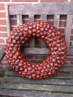 15 DIY ideas for autumn decoration. great - Are you thinking about an autumn wreath for your front door? Thanks to the ideas we have prepared f - Acorn Wreath, Diy Wreath, Ornament Wreath, Door Wreaths, Fall Crafts, Decor Crafts, Diy And Crafts, Christmas Diy, Christmas Wreaths