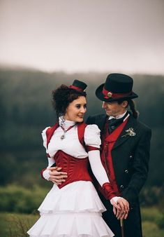 steampunk wedding couple with red accents looks chic Steampunk Men, Steampunk Cosplay, Steampunk Design, Steampunk Clothing, Steampunk Fashion, Steampunk Images, Steampunk Wedding Themes, Steampunk Wedding Dress, Gothic Wedding