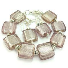 Komplet biżuteriidamskiej wykonany ręcznie. Kolczyki i bransoletkazblado różowego szkła weneckiego- kwadratów i elementów w kolorze srebrnym.