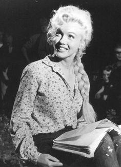 Marilyn Monroe reads on the set of River of No Return, 1953. #ObiettivoLeggere @libriamotutti