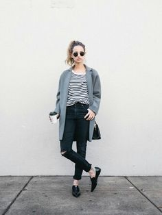 We say a big yes to this casual pairing of a grey coat and black ripped skinny jeans! Finishing with black leather loafers is the most effective way to bring some extra flair to your getup. Casual Styles, Style Casual, Style Me, Girl Style, Looks Street Style, Street Look, Street Smart, Mode Outfits, Casual Outfits