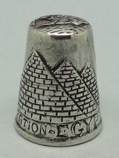 Motivos piramides y esfinge. Plata. Egipto. Thimble-Dedal-Fingerhut.