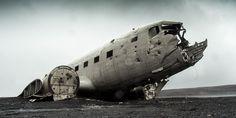 """""""O avião é considerado o meio de transporte mais seguro do mundo mas, mesmo assim, os acidentes acontecem e quando estes decorrem fazem capas de jornais em todo o mundo. O último grande acidente envolveu a queda de um avião militar na Rússia. Neste texto são apresentados 10 casos que chocaram e emocionaram o mundo."""" Por Andreia Rodrigues"""