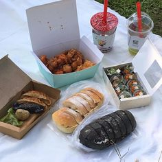 Image may contain: table and food Picnic Date Food, Yummy Drinks, Yummy Food, Food Is Fuel, Cafe Food, Aesthetic Food, Korean Food, Creative Food, Food Porn