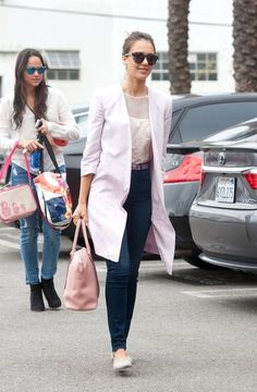 Jessica Alba Photos Photos - Jessica Alba runs errands in Los Angeles. - Jessica Alba Runs Errands