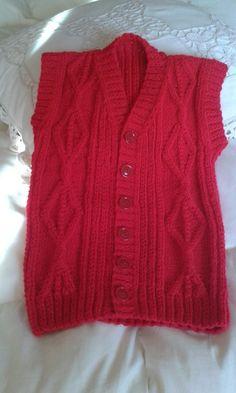 Chaleco sin mangas tejido a mano por C.Pazos en lana muy suave y fina. Con rombos, ochos, punto revés y derechos retorcidos.