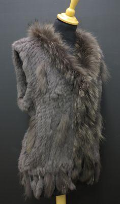 Skvělá univerzální dámská vesta z pravé kožešiny, která se hodí ke všemu a skvěle doplní jakýkoliv outfit. Perfektně zahřeje. #spongr #kuzedeluxe #kozesinovavesta #kralicina Fur Coat, Fashion, Moda, Fashion Styles, Fasion, Fur Coats