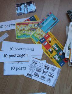 Materialen m in de posthoek te leggen. Postzegels voor de verkoop, kaarten, enveloppen ed.