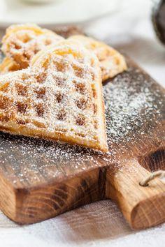 Waffeln: Das einfachste Rezept der Welt! - bildderfrau.de Bratwurst, Cookies Et Biscuits, Biscotti, Catering, Muffins, Low Carb, Snacks, Breakfast, Sweet