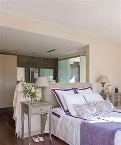 Dormitorio con el baño tras el cabecero
