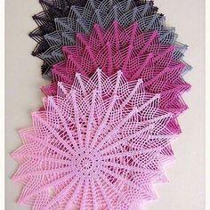 Tığ işi dantel Amerikan servis örnekleri ile çok şık ve dikkat çeken bir… Crochet lace American service examples with a very stylish and remarkable accessories will be prepared. Filet Crochet, Crochet Lace, Crochet Stitches, Doily Patterns, Crochet Patterns, Crochet Placemats, Lace Doilies, Beautiful Crochet, Vintage Crochet