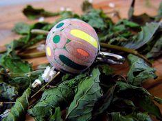maxi anello regolabile con pallina di matite colorate verde pesca e giallo righe blua pastelli legno acciaio di BluaPencilJewels su Etsy #ballring #maxiring #green #handmadejewelry #jewelry #woodring #blua #craftsposure @etsy @craftsposure #vegan