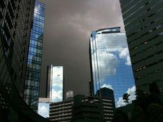 すごく不思議な光景でした。ガラスに映る青空。そして暗雲たちこめる空。