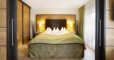 Unsere Suiten (siehe Beispielfotos) haben ca. 40 m² und meist ein Schlafzimmer und einen getrennten  Wohnraum. Neben der Grundausstattung finden Sie eine Badetasche für den Wellnessbereich  sowie einen Rucksack für Wanderungen.