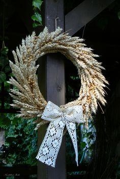 Věnec z obilí Outside Decorations, Flower Decorations, Wedding Decorations, Diy Wreath, Door Wreaths, Burlap Wreath, Acorn Crafts, Fall Crafts, Dried Flower Bouquet