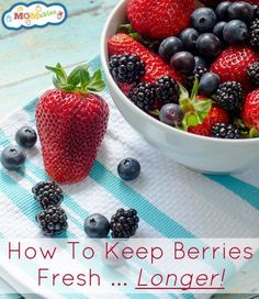 How To Keep Berries Fresh in the Refrigerator - Make them Last! Place the berries in a large bowl and wash them in a vinegar-water bath: 1 cup of white vinegar and 3 cups of water. Healthy Snacks, Healthy Eating, Healthy Recipes, Healthy Breakfasts, Fruit Recipes, Lunch Recipes, Smoothie Recipes, Cooking Tips, Cooking Recipes