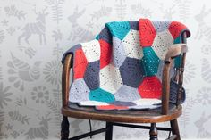 This free crochet afghan pattern uses hexagon blocks, so you can make a modern baby blanket or easily customize the size however you wish. When I was planning this crochet baby blanket pattern for some friends' Crochet Afghans, Motifs Afghans, Crochet Hexagon Blanket, Afghan Crochet Patterns, Crochet Patterns For Beginners, Crocheted Blankets, Crochet Squares, Crochet Gratis, Free Crochet