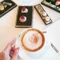 Mein obligatorischer Nachmittags-Cappucino & krönender Abschluss eines wahnsinns Lunch im Dolder Grand! Selten so gut in so schöner Atmosphäre gegessen...Ein wirklich tolles Erlebnis!  Die Nespresso Gourmet Weeks laufen noch bis am 15.11.15 in der ganzen Schweiz und viele ausgezeichnete Köche machen mit. #nespressogourmet #therestaurant #heikonieder #doldergrand