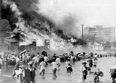 숭인동 판자촌 화재로 인해 화재민들이 청계천을 건너 살림을 나르는 모습 - open archives