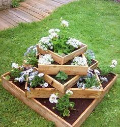 idée de jardiniere en palette, de type lit, des bacs à fleurs carrés superposés de manière asymétrique, fleurs blanches et violettes