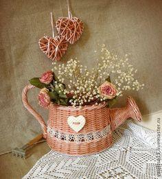 `Розовая мечта` Лейка декоративная. Леечка полностью плетеная из чистой бумаги, декорирована кружевом и глиняным сердечком. Лёгкая и прочная, нежно-розового цвета с легкой патиной. Ищет свой уютный сад:)  сердечки - в подарок!    О технологии изготовления и…
