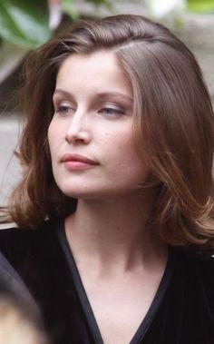 2008 : Retour au naturel avec cette coupe de cheveux au carré. On devine un soupçon de fard à paupières gris sur les paupières de Laetitia Casta, ce qui met en valeur son regard sans que le beauty look ne soit trop apprêté.