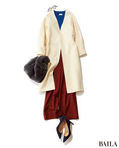 """冬らしいホワイトのコートは、ノーカラーを選ぶと今年らしく。さらにトレンド感を上げるなら、ワイドパンツを合わせて""""ほそ華""""バランスに着こなして。今季トレンドの鮮やかなブルーのニット×赤みブラウンで仕上げれば、コートの白が引き立つこなれたスタイルに。足もとは女っぽいパンプスで、きれい・・・"""