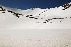 Debajo de esta nívea capa está la laguna de fuentes carrionas que se encuentra en el parque natural fuentes carrionas y fuentes cobre, montaña palentina.